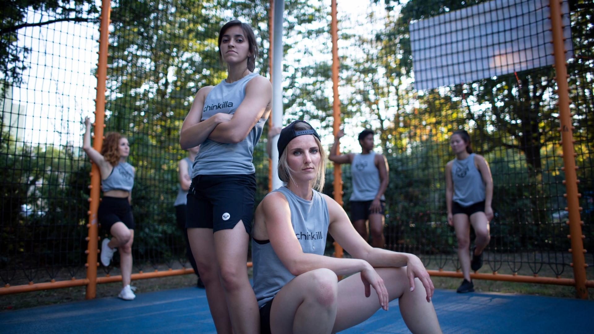 Dani und Sarah von Chinkilla in sportswear auf dem Sportplatz